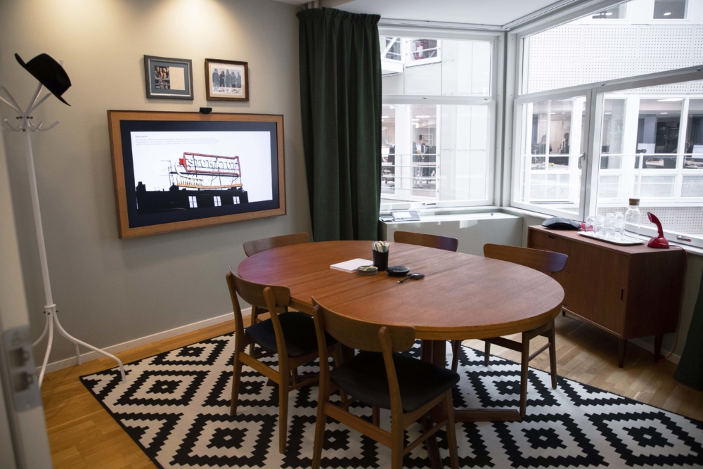"""Groth & Co. Konferensrum inspirerat från 1900-talet. 55"""" skärm från Samsung, presentationssystem ClickShare."""