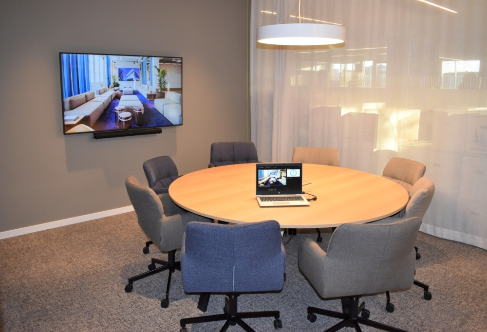 """Linde (fd. AGA) Skärm från Samsung (65"""") i konferensrum för 8 personer."""