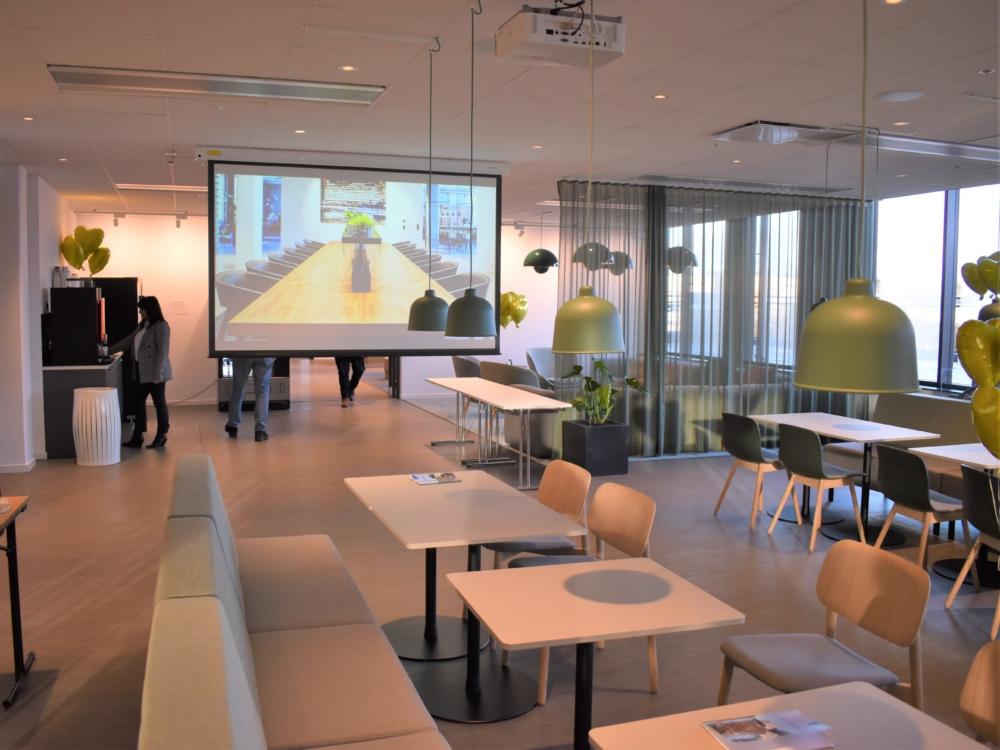 Linde (fd. AGA) Sänkbar projektorduk från Grandview i matsal. Projektor från NEC.