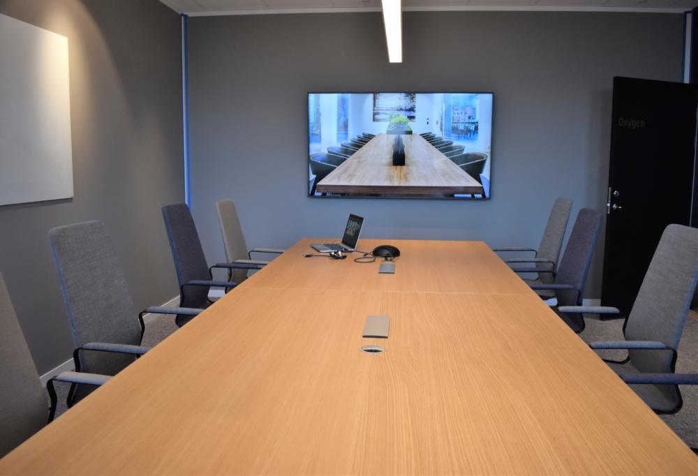 """Linde (fd. AGA) Skärm från Samsung (75"""") och högtalartelefon från Spider i konferensrum för 12 personer."""