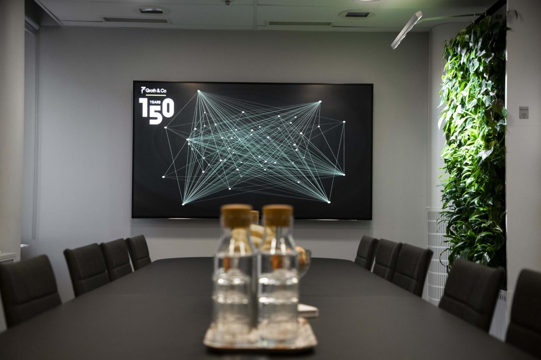 """Groth & Co. Konferensrum inspirerat från 2000-talet. Skärm 85"""" från Samsung."""